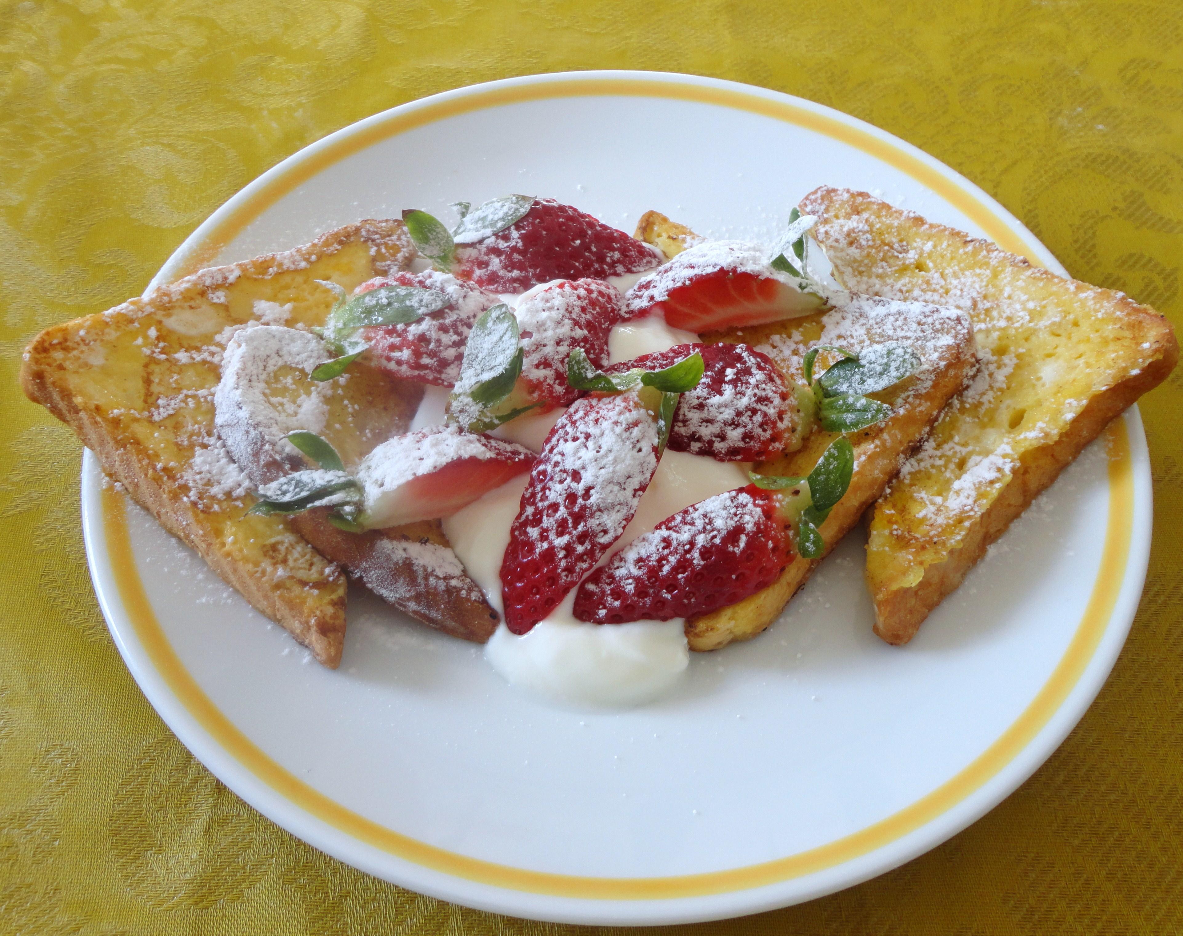 French Toast com Iogurte e Morangos