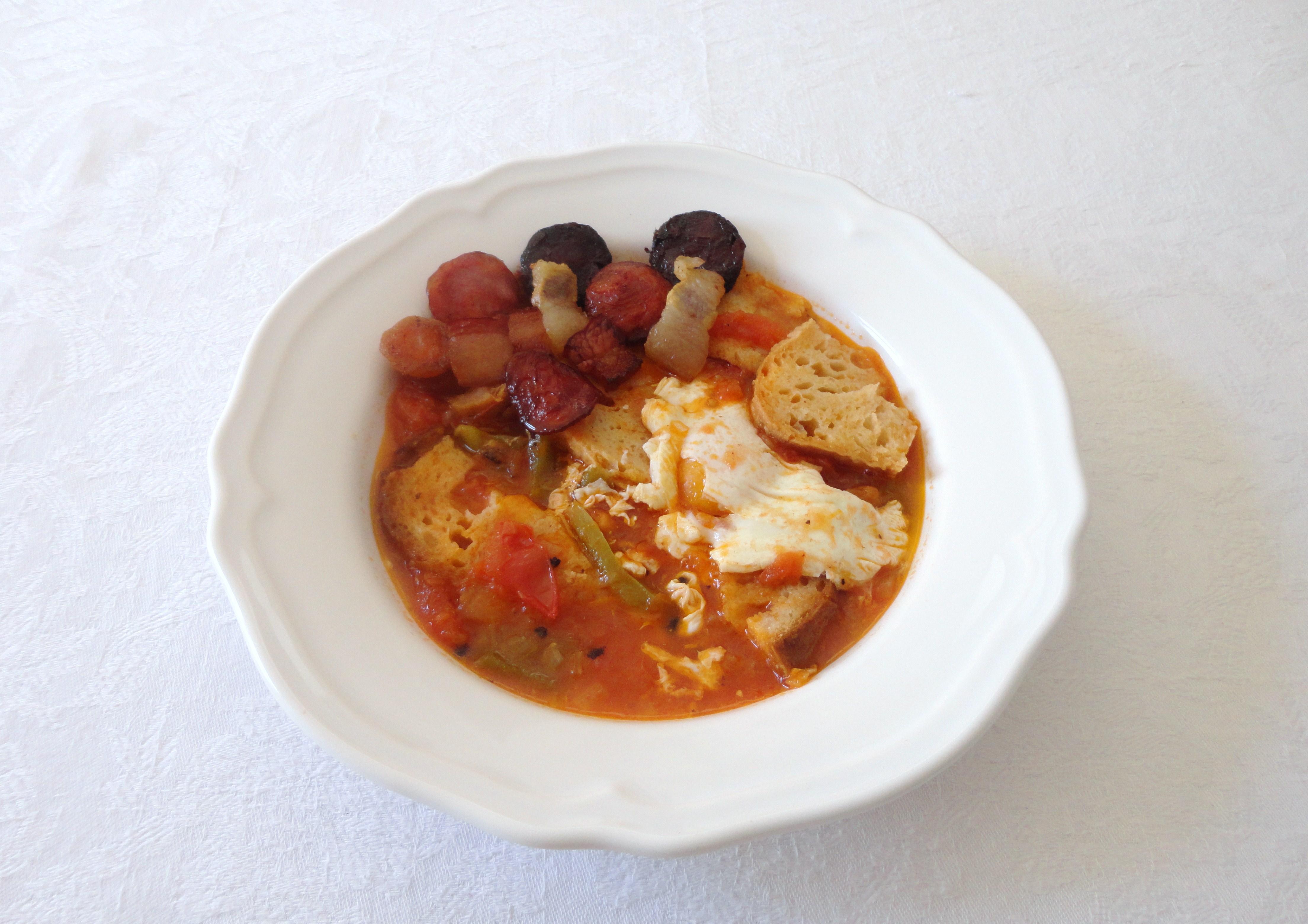 Sopa de Tomate com Enchidos e Ovos Escalfados