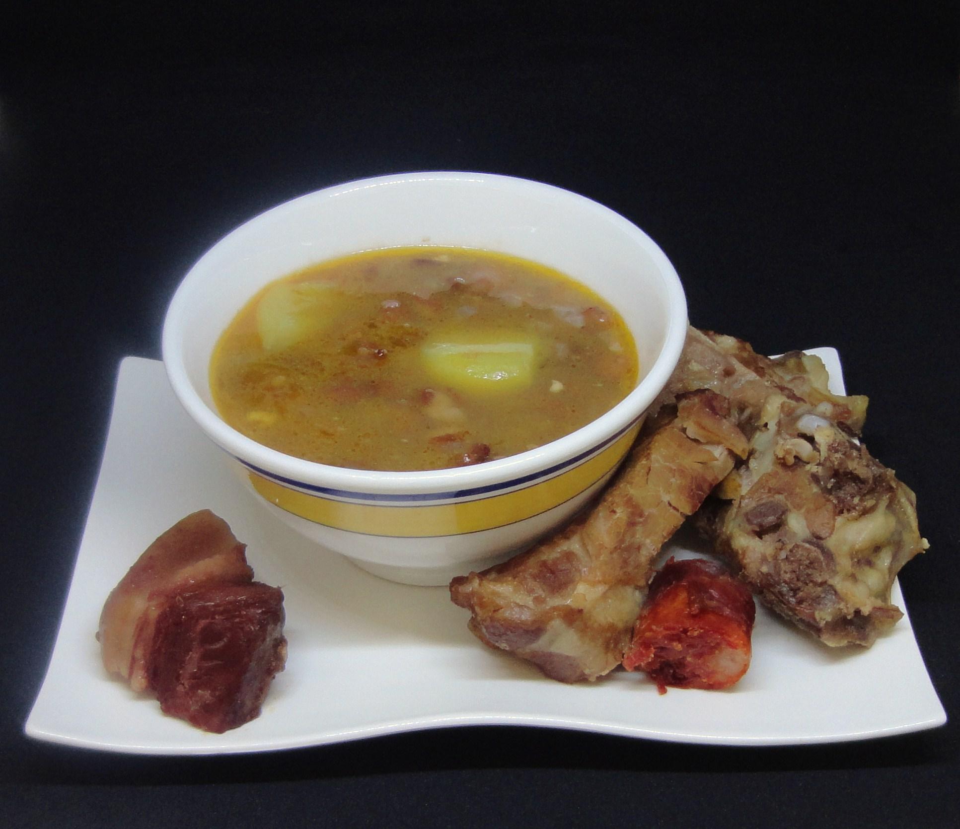 Sopa de Feijão com Ossos de Suã