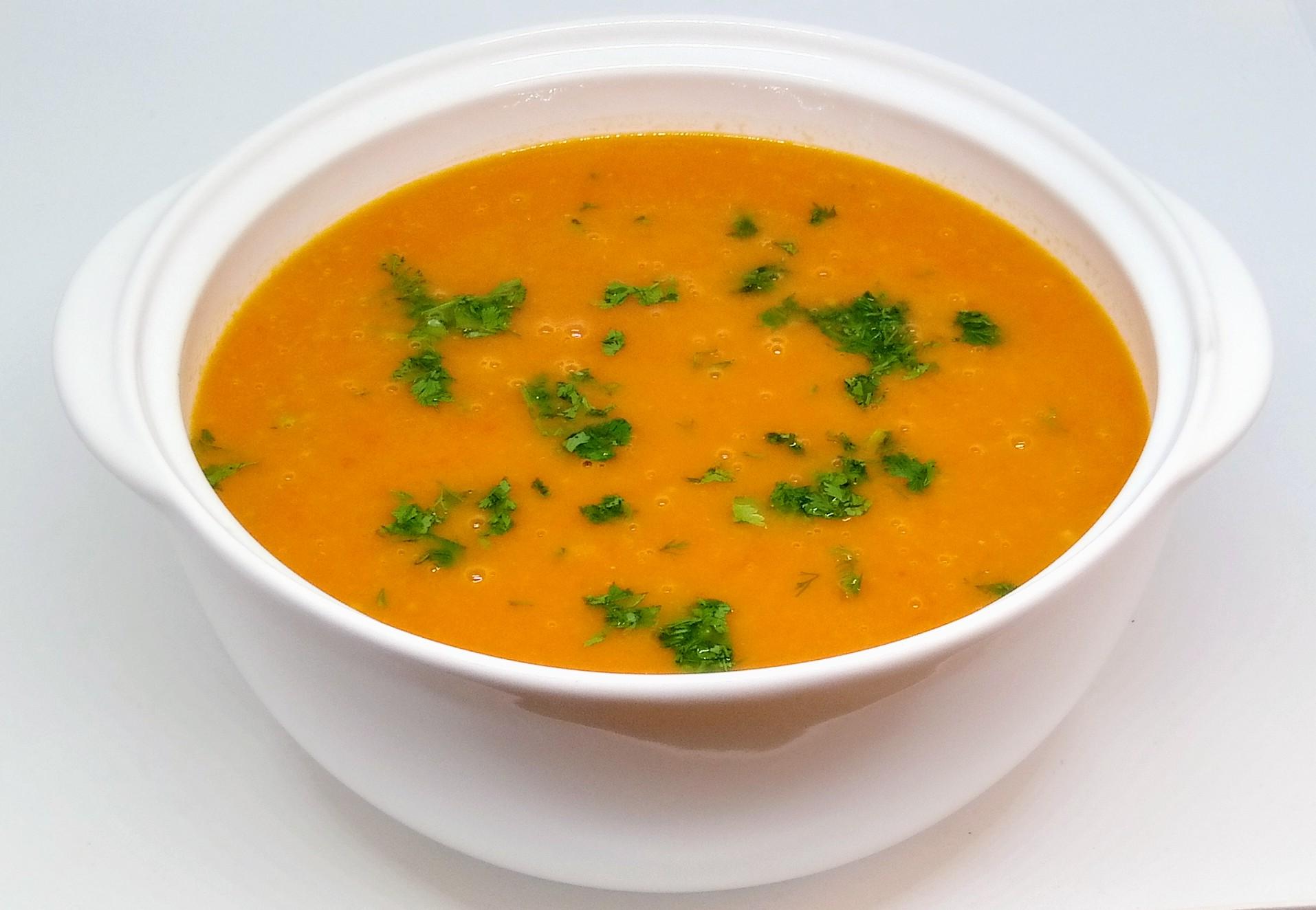 Sopa de Tomate com Coentros