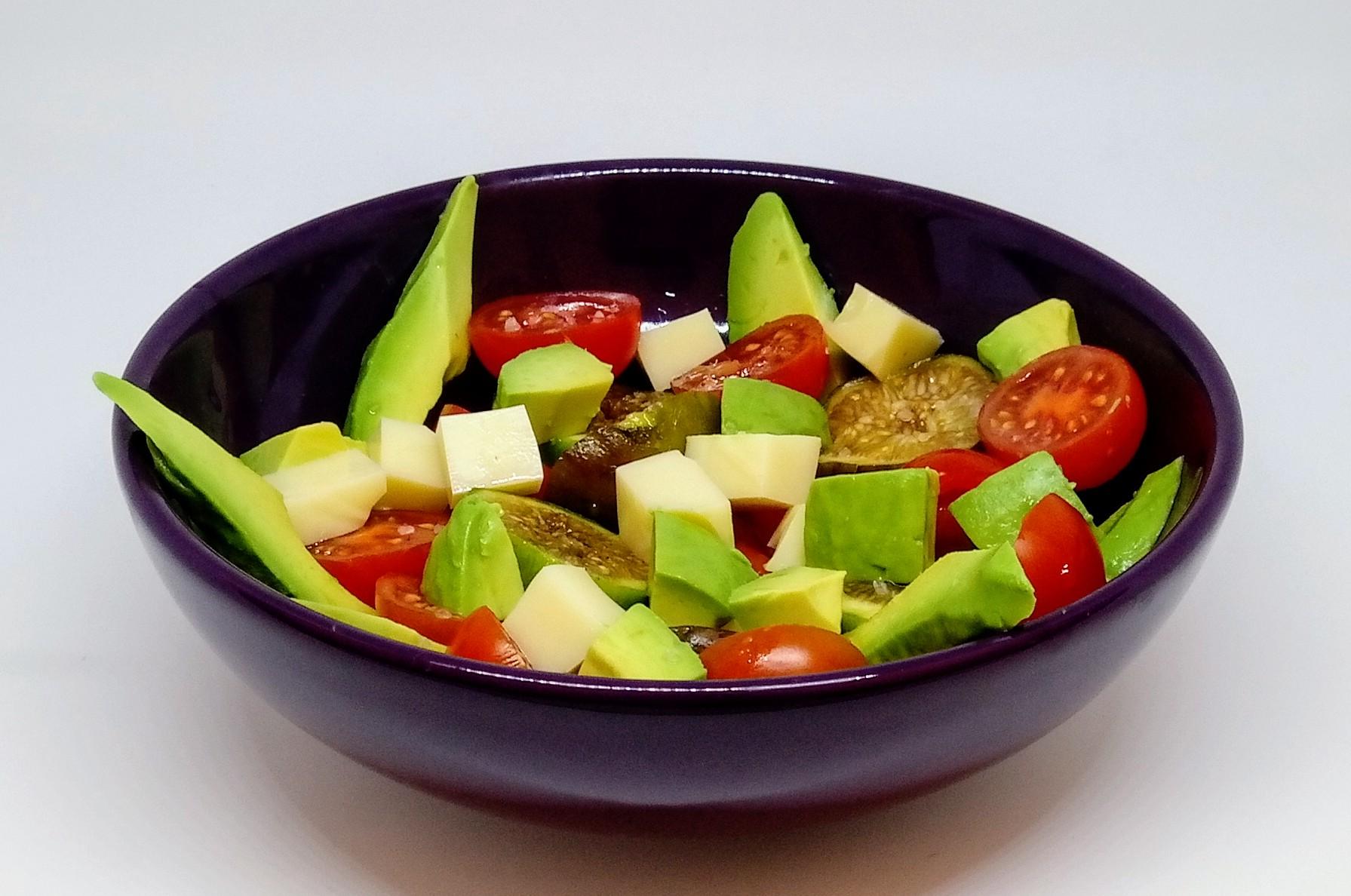 Salada de Abacate e Queijo Emental